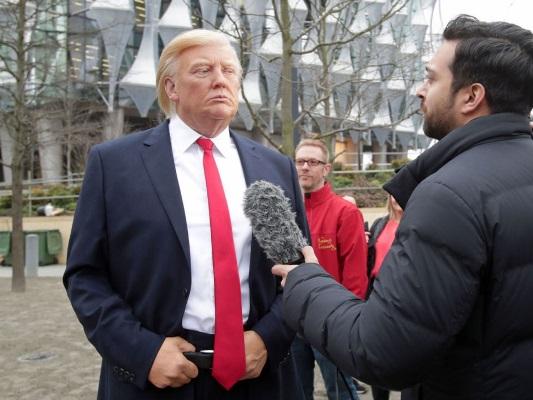 مصاحبه و سلفی با مجسمه ترامپ در لندن +تصاویر